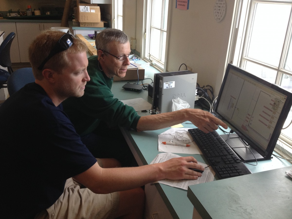 John Hamilton helping Chris Murray getting the hang of the inner working of the LabView program.
